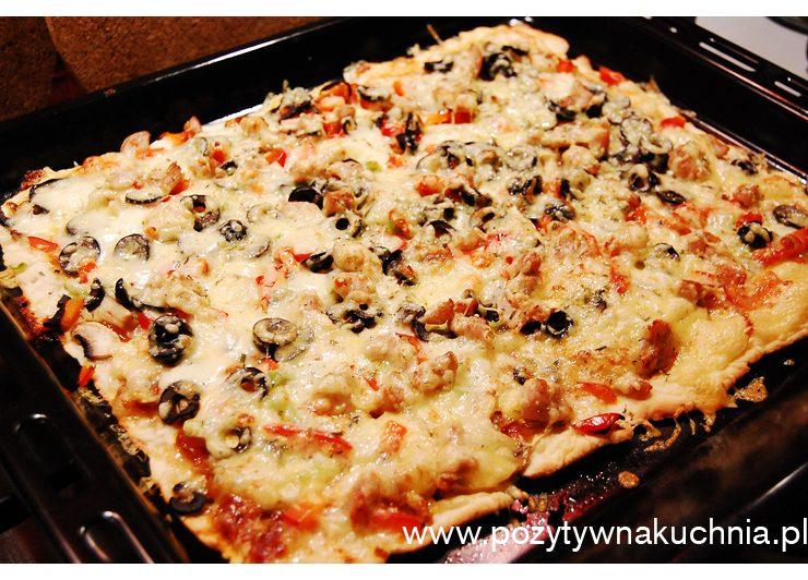 Pizza z kurczakiem i oliwkami