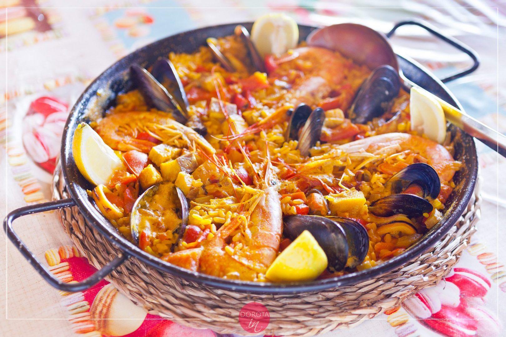 Paella z rybą i owocami morza