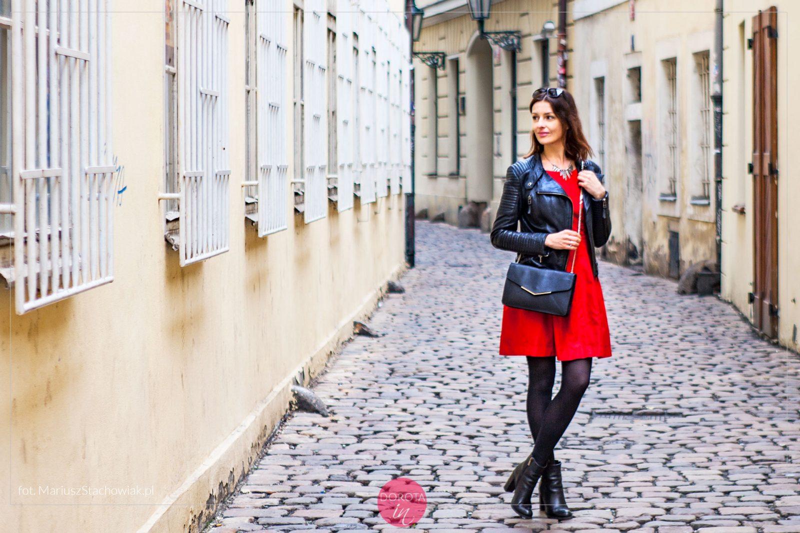 Czerwona sukienka, botki, ramoneska i czarne rajstopy