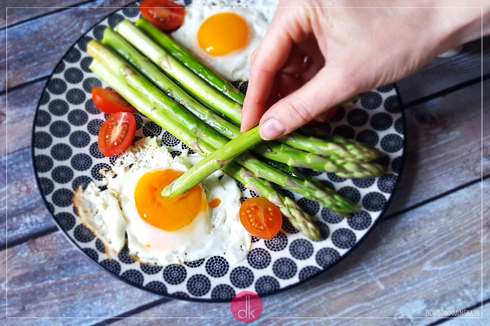 Szparagi z jajkiem sadzonym - przepis